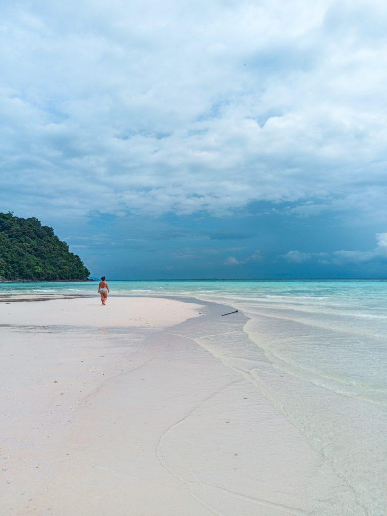 Playa paradisíaca en Koh Rok, Koh Lanta, Tailandia