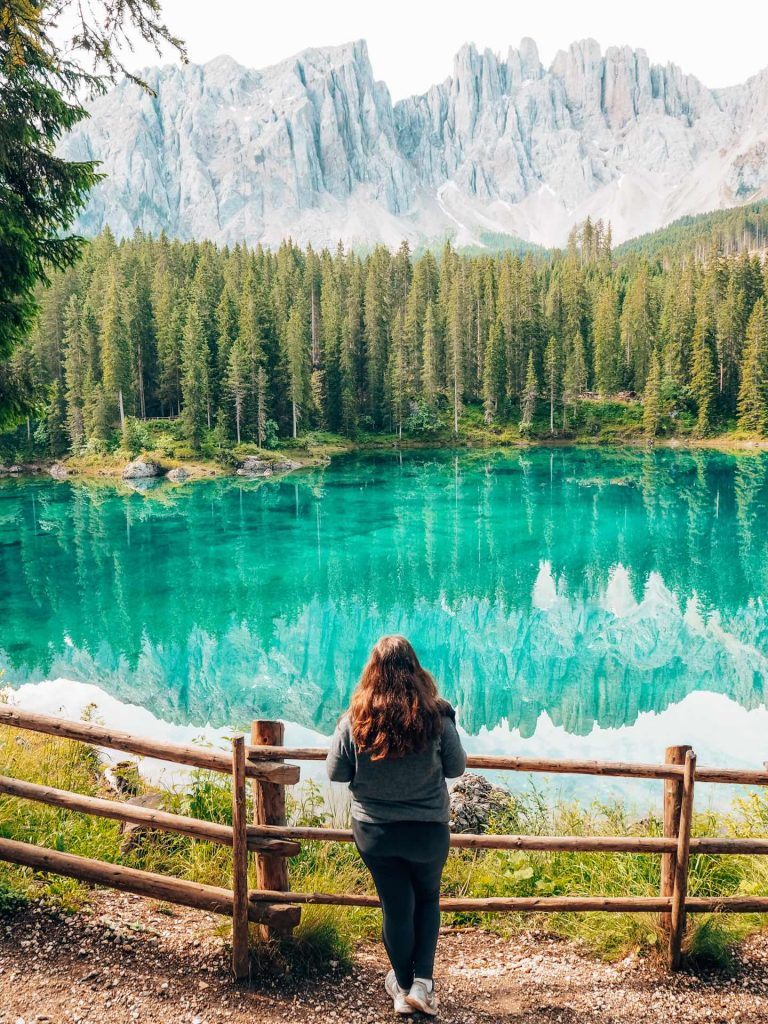 Lago di Carezza, uno de los lagos imprescindibles en Las Dolomitas, Italia