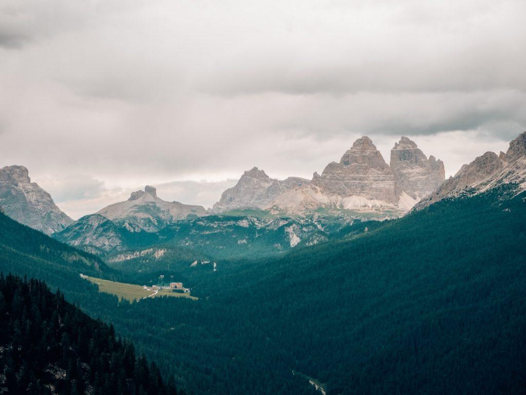 Camino al Lago di Sorapis, Dolomitas, Italia