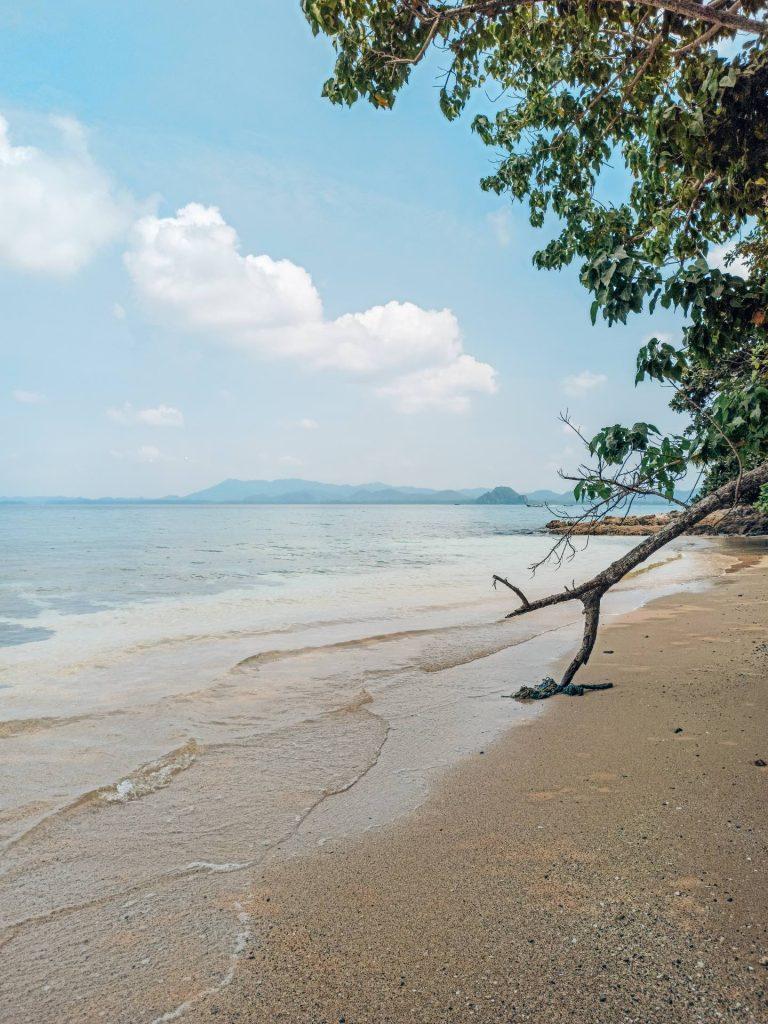 Camino por la costa a Ao Lo Dang Beach, Koh Mook