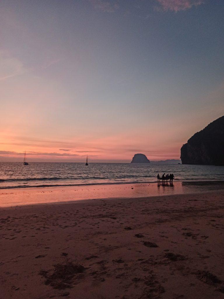 Atardecer en Charlie Beach, la playa más popular de Koh Mook