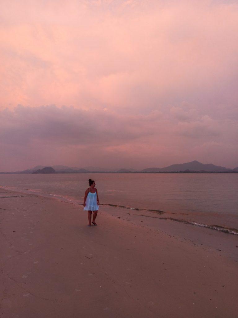 Atardecer en Sivalai Beach, la playa del resort de lujo de Koh Mook