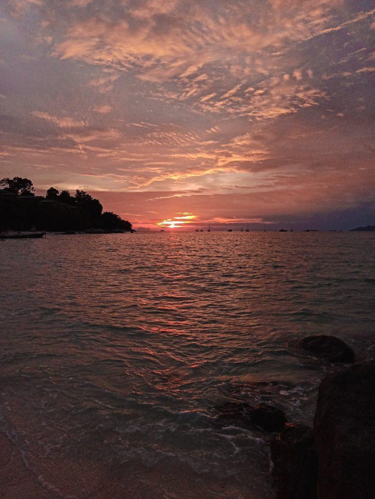 Atardecer en Sunrise Beach, la playa más popular de Koh Lipe