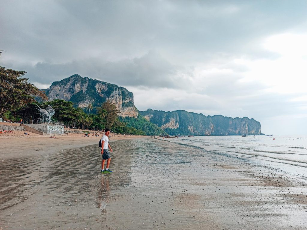 Ao Nang Beach, un sitio agradable por donde pasear en Krabi