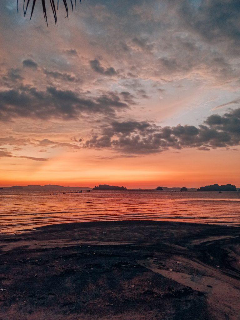 Atardecer en Tubkaek Beach, una playa con vistas a las Hong Islands