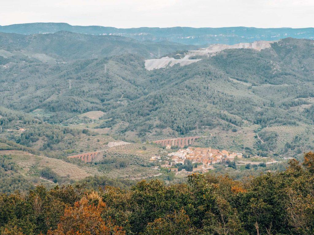 Vistas de los alrededores del Castillo Monasterio de Sant Miquel d'Escornalbou desde el Turó de Puigferrós