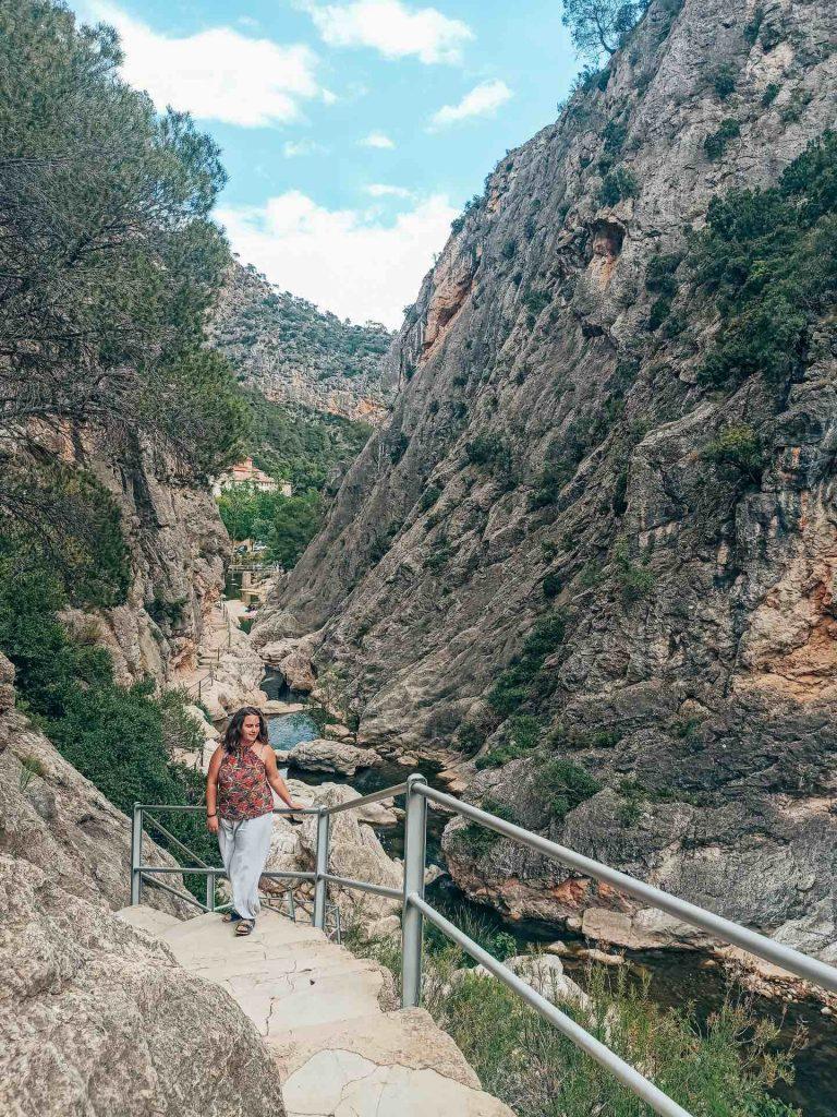 Paseo por el río Caneletes con vistas al Santuario de la Mare de Déu de la Fontcalda