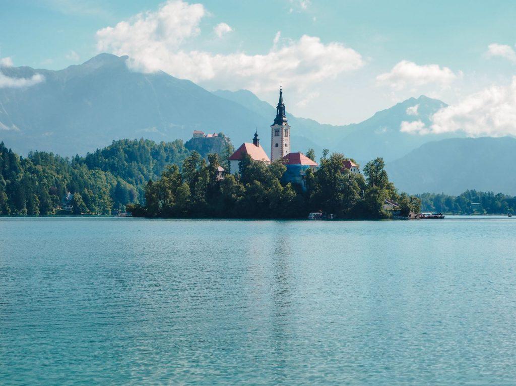 Imagen del Lago Bled con las montañas de fondo en Eslovenia