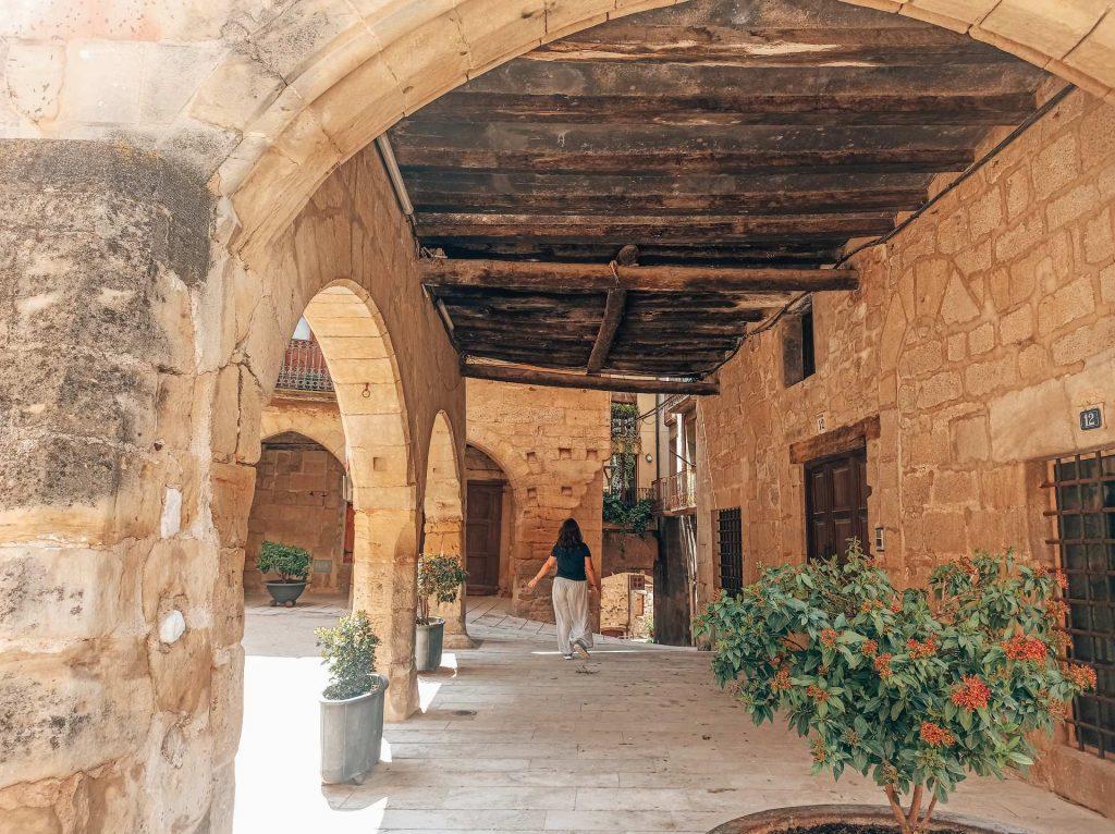 Plaza de la Iglesia y el Ayuntamiento de Horta de Sant Joan